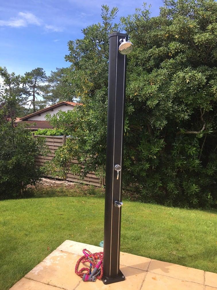 douche solaire 32 L alu black en situation