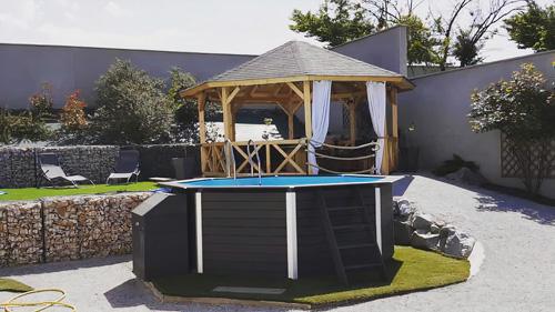 photo-piscine-bois-composite-octogonale-1