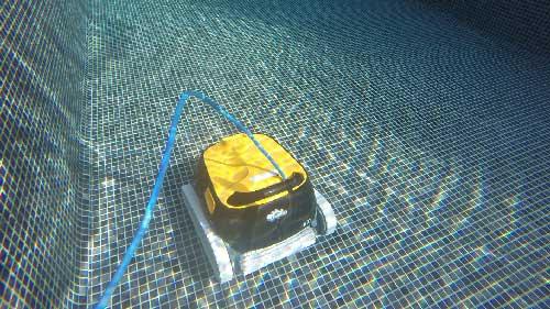 Robot-piscine-Dolphin-E30--photo-en-action