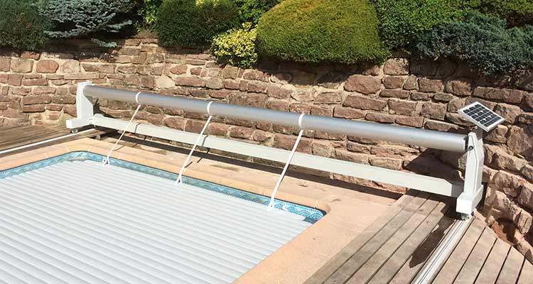volet-hors-sol-piscine-mouv-and-roll-solaire